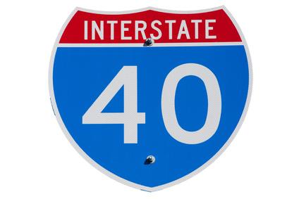 """Die amerikanischen Interstates sind mit den europäischen Autobahnen zu vergleichen. Als Abkürzung benutzt man das Initial """"I"""" und die Straßennummer."""