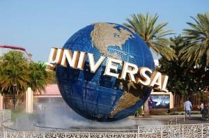 Der beachtliche Universal-Globus wartet am Eingang des Parks auf die Besucher.