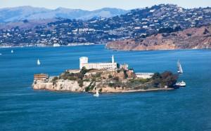 In der Bucht von San Francisco liegt die bekannte, heute nur noch als Museum dienende Gefängnisinsel Alcatraz.