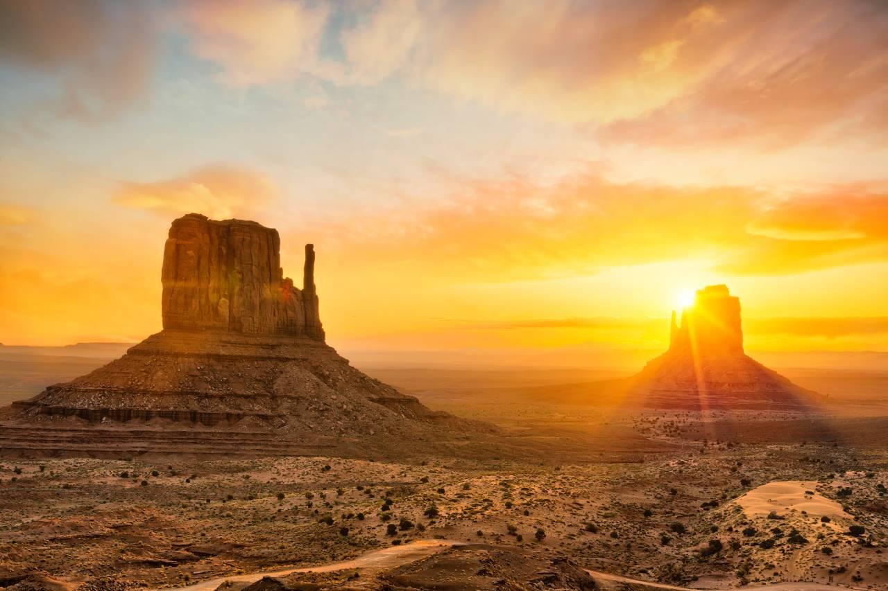 Das Monument Valley, auch wenn es an der Grenze zu Utah liegt, ist eines der bekanntesten Wahrzeichens Arizonas.