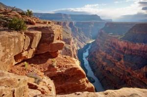 Im Grand Canyon Nationalpark liegt der größte Teil des Grand Canyon, einer steilen, etwa 450 Kilometer langen Schlucht.