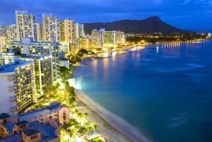 Oahu ist die Insel Hawaiis mit den meisten Einwohnern. Waikiki sieht auch bei Nacht wunderschön aus.