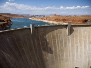 Die Existenz des Lake Powell ist dem Glen Canyon Dam zu verdanken, der in den 60er Jahren zur Stromgewinnung mitten in den Colorado River gebaut wurde.