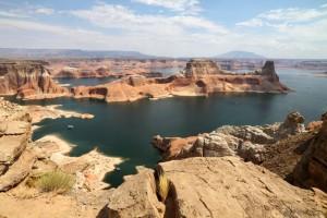 Bei maximaler Stauhöhe hat der Lake Powell eine Länge von rund 300 Kilometern und ist am Damm 171 Meter tief.