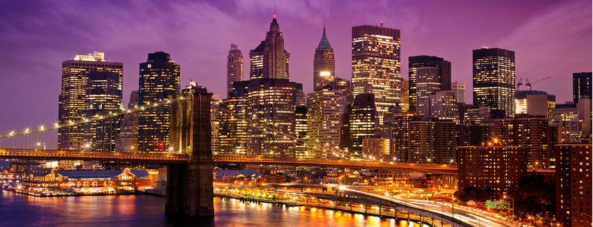 Die Brooklyn Bridge in New York City überspannt den East River und verbindet die Stadtteile Manhattan und Brooklyn miteinander.