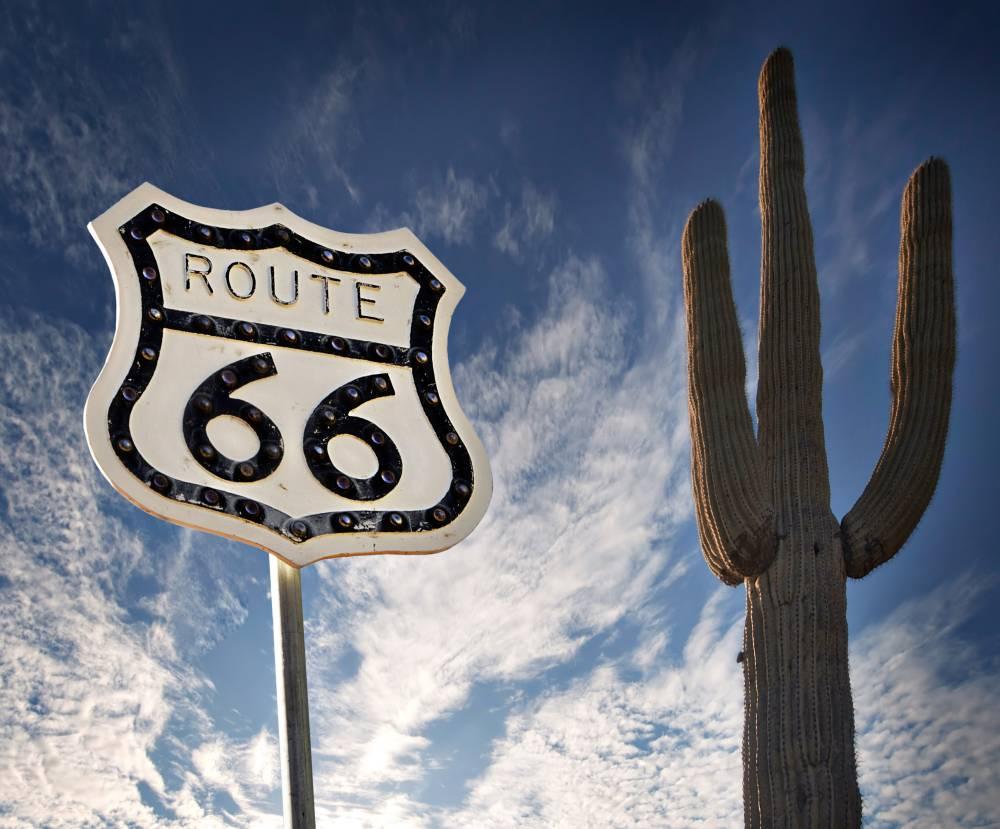 Die Route 66 ist eine einst 2.448 Meilen (3.939,67 Kilometer) lange Strecke von Chicago (Illinois) nach Santa Monica (Kalifornien). Heutzutage ist die nicht mehr durchgehend befahrbare Route 66 ein Anziehungspunkt für Touristen und Nostalgiker.