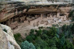 Atemberaubende Felsbehausungen warten im Inneren des Mesa Verde Nationalparks auf die Besucher.