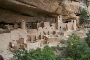 Die erst Ende des 19. Jahrhunderts vollständig erforschten, gut erhaltenen Felsbehausungen vorkolumbischer Anasazi-Stämme sind eine Attraktion des Mesa Verde Nationalparks.