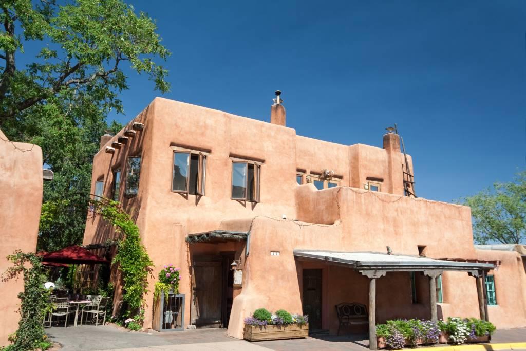 Der historische Adobe-Baustils hebt vor allem die Städte Santa Fe und Albuquerque aus dem Einheitsbild amerikanischer Städte heraus.