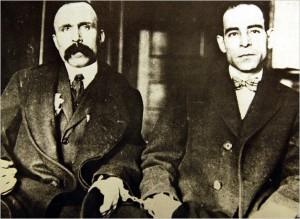 Sacco (rechts) und Vanzetti (links) als Angeklagte, mit Handschellen aneinander gefesselt.