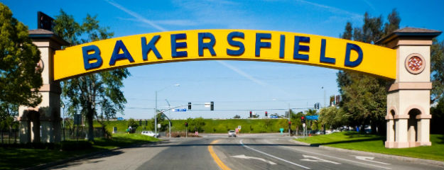 Bakersfield - ein großer Schriftzug begrüßt die Gäste der 350.000-Einwohner-Stadt im US-Bundesstaat Kalifornien. Foto: By nickchapman (originally posted to Flickr as P1000493) [CC BY 2.0 (http://creativecommons.org/licenses/by/2.0)], via Wikimedia Commons