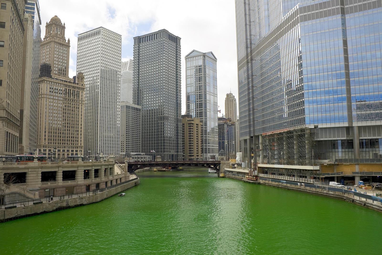 Zum St. Patrick\'s Day färbt sich der Chicago River grün - usatipps.de