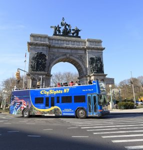 "Die Stadtrundfahrten in New York sind ein Muss für jeden Touristen. Hier befindet sich der Bus am ""Soldiers' and Sailors' Arch"" - einem Triumphbogen in Brooklyn"