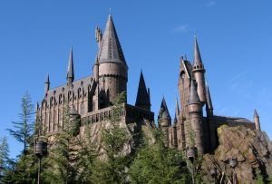 "Im Inneren des Schlosses von Hogwarts finden Besucher die Attraktion ""Harry Potter and The Forbidden Journey"". Foto: Von Rstoplabe14 in der Wikipedia auf Englisch, CC BY-SA 3.0"