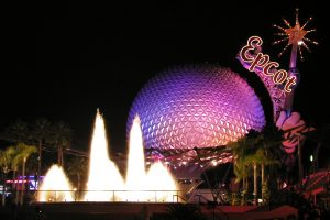 "Das ""Spaceship Earth"" bei Nacht. Foto: Benjamin D. Esham / Wikimedia Commons [CC BY-SA 3.0 us (https://creativecommons.org/licenses/by-sa/3.0/us/deed.en) or CC BY-SA 2.0 (https://creativecommons.org/licenses/by-sa/2.0)], via Wikimedia Commons"