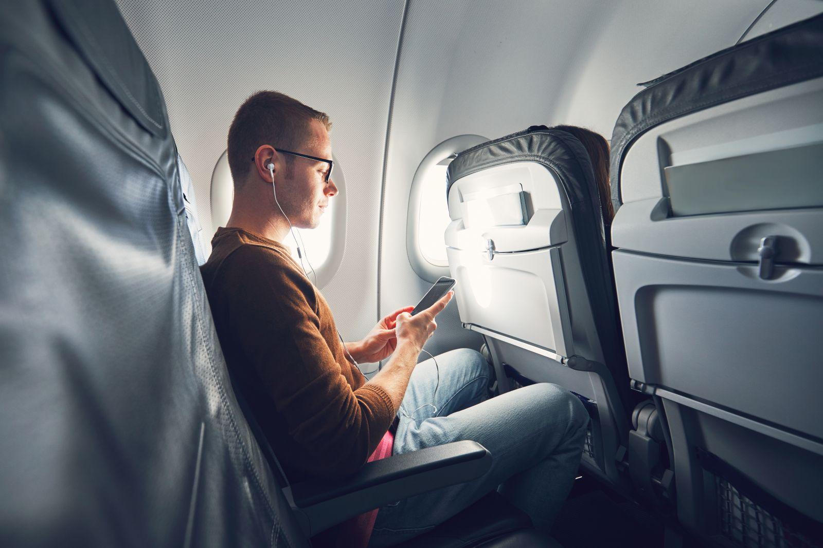 Wer regelmäßig fliegt, kennt den Hinweis vor dem Abflug, das Handy bitte nun falls noch nicht geschehen auszuschalten oder in den Flugmodus zu versetzen. Doch viele Passagiere fragen sich, ob der Hinweis denn noch aktuell ist und die Angst begründet, dass Flugzeuge durch Handystrahlung abstürzen können.