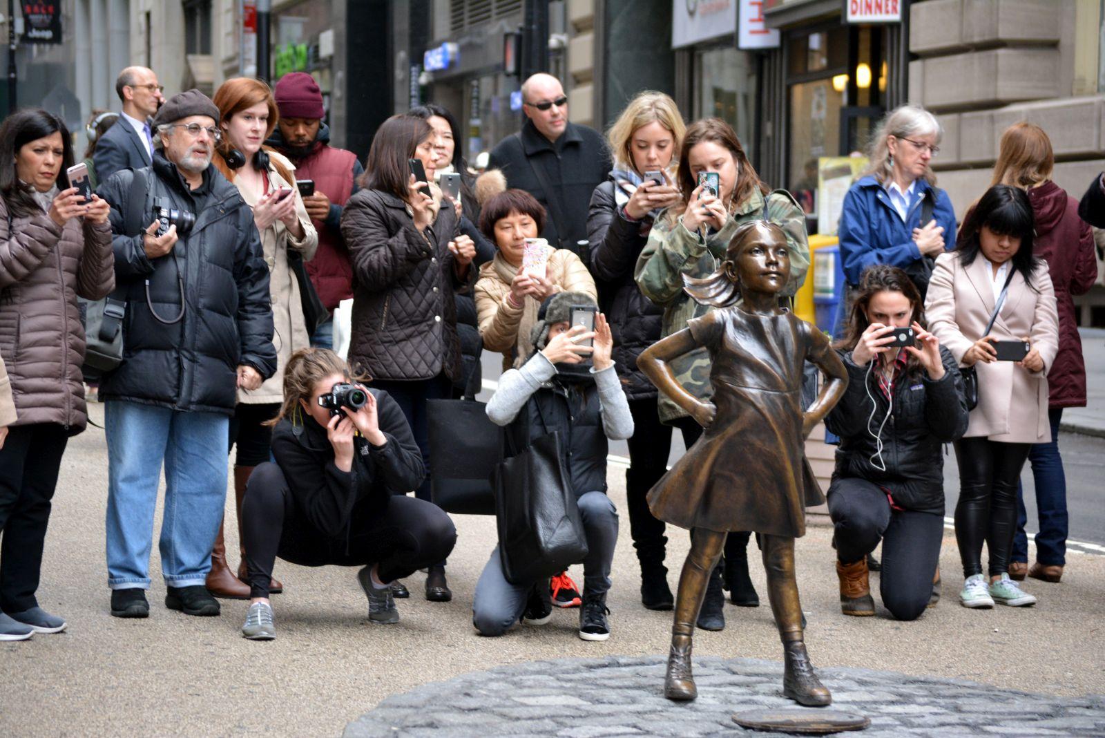 Breitbeinig, die Hände in die Hüften gestemmt, mit wehendem Kleid und Pferdeschwanz blickte sie für rund eineinhalb Jahre dem Bullen an der New Yorker Börse selbstbewusst entgegen. Nun erinnert nur noch eine Plakette an die umstrittene Bronzestatue.