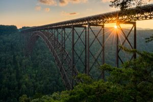 Sonnenuntergang an der Stahlbogenbrücke New River Gorge Bridge in West Virginia.