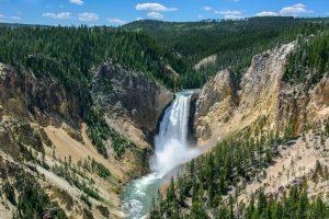 Die atemberaubenden Wasserfälle sind eine der vielen Sehenswürdigkeiten des Yellowstone-Nationalparks.