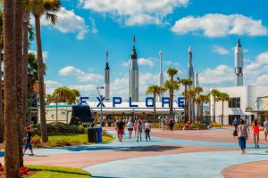 Das Kennedy Space Center liegt nordwestlich der Cape Canaveral Air Force Station.