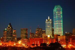 Bank of America Plaza, hier grün beleuchtet, ist das größte Gebäude in Dallas.