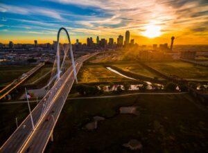 Die Margaret Hunt Hill Bridge überquert den Trinity River in Dallas.