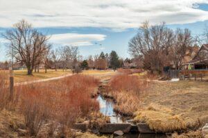 Aurora hat über 320.000 Einwohner. Die Stadt in Colorado verfügt über viele Grünflächen.