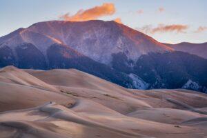Sand und kleine Steine wurden im Great-Sand-Dunes-Nationalpark über Jahrtausende zu Dünen aufgehäuft. Dieser Vorgang dauert an und ändert täglich die Form der Dünen.