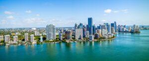 Während Miami nur rund 460.00 Einwohner hat, verfügt die Metropolregion Miami über etwa 5,5 Millionen Einwohnern.
