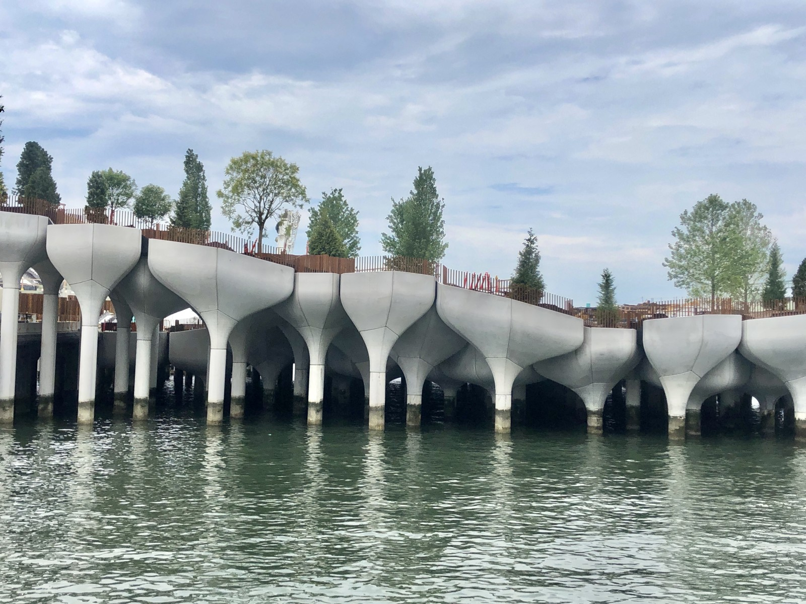 Ein neuer Park schwimmt auf dem Hudson. Little Island ist ein neuer Park in New York City, der auf tulpenförmigen Säulen in den Fluss gebaut wurde.